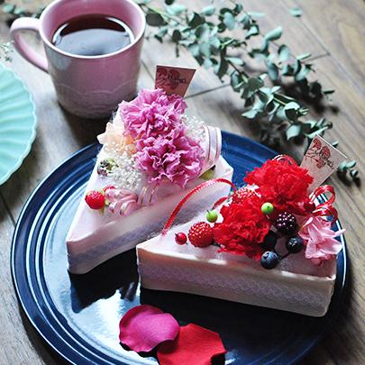 赤とピンク色のカーネーションを使ったフラワーケーキ