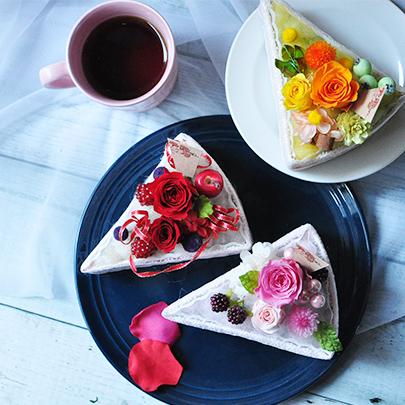 赤、ピンク、オレンジのバラを使ったカラフルなフラワーケーキ