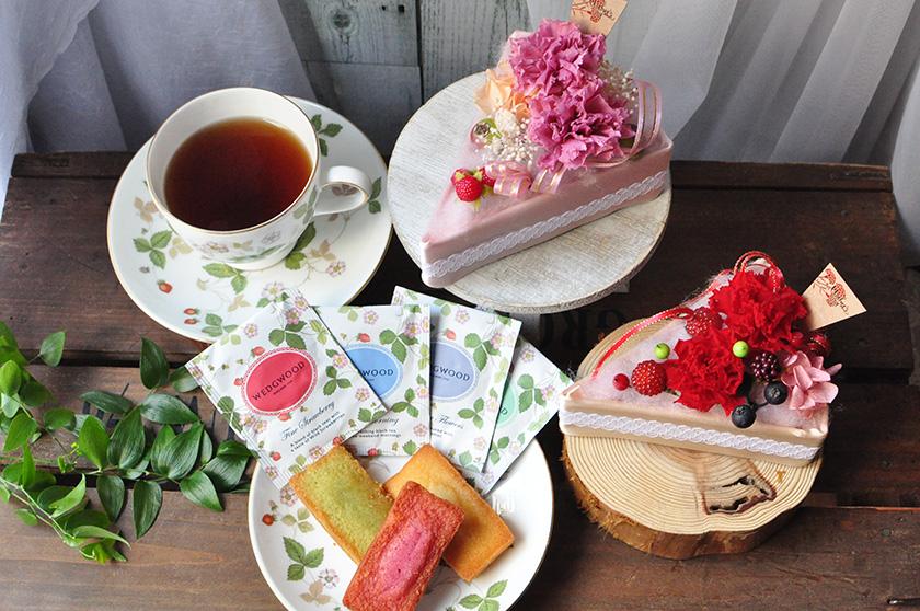 お洒落なフラワーケーキとお菓子、紅茶の画像