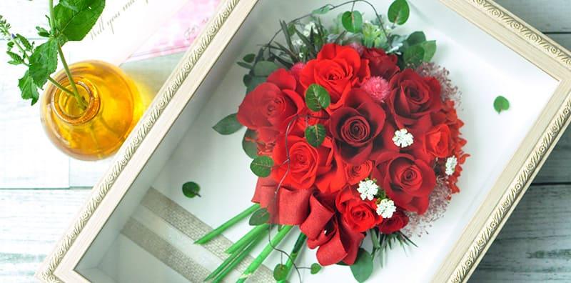 カラフルな生花が並んだ花屋