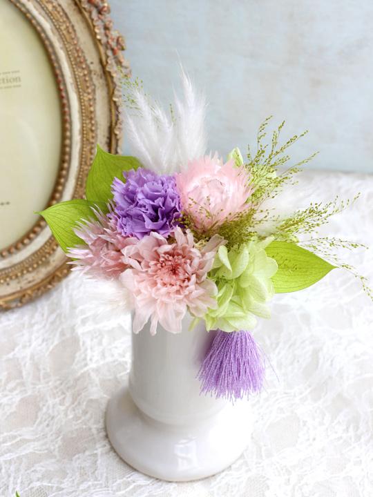 優しいピンク、紫、グリーンの花を使ったお供えアレンジメント
