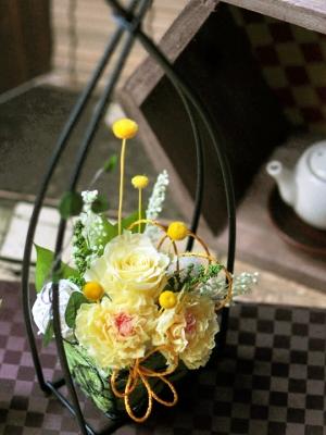 黄色いバラとカーネーションのアレンジ