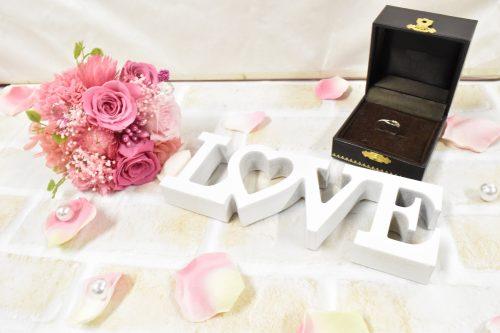 ピンクのバラの花束の特注プリザーブドフラワーと婚約