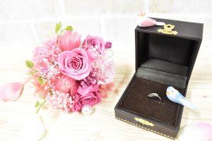 ピンクのバラの花束と結婚指輪