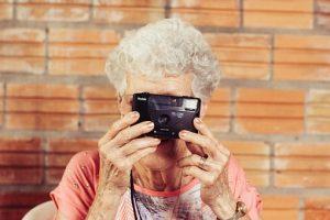 祖母がカメラを持っている