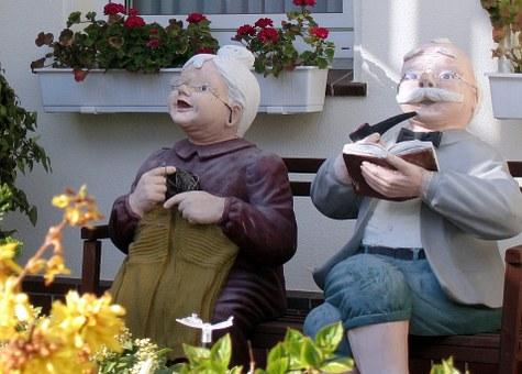 椅子に座ったおじいちゃんとおばあちゃん