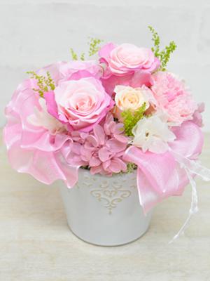 かわいらしいピンクのバラとふんわりリボンのアレンジメント