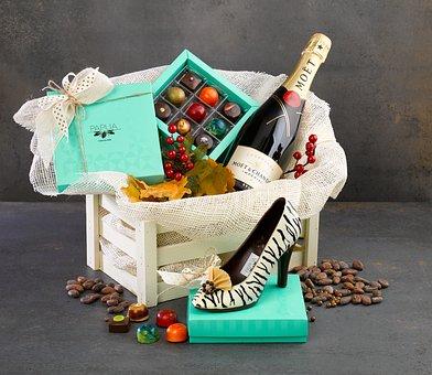 グリーンの箱に入ったチョコレートとワインボトル