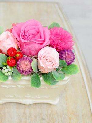 ピンクのバラと千日紅の可愛いアレンジメント