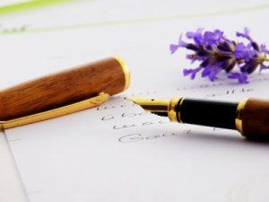 花と万年筆で書いた手紙
