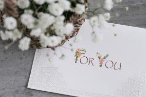 かすみ草と「for you」のメッセージカード