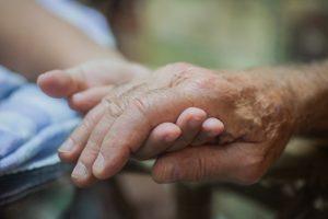 手をつなぐおじいちゃんと孫