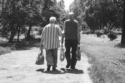祖父・祖母が道を歩く後ろ姿