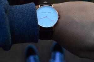 腕時計の時間を見ている画像
