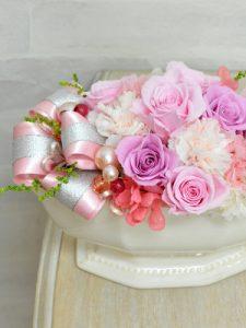 淡いピンク色の花びらのバラのアレンジメント