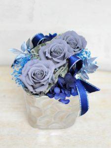 グレーの花びらのバラと濃いブルーのアジサイを使ったアレンジメント