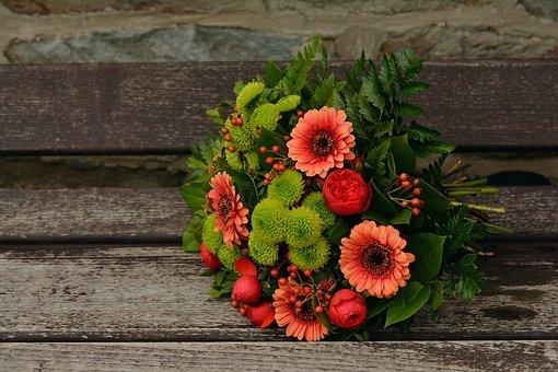 オレンジのガーベラとグリーンの小菊の花束