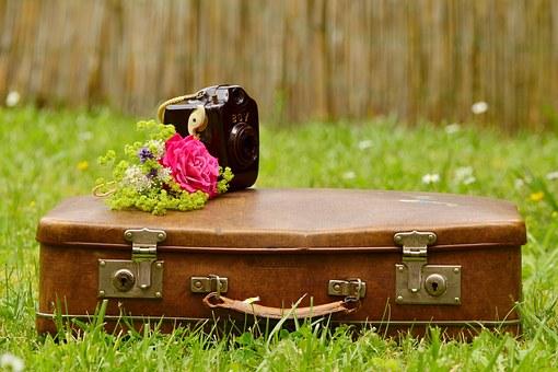 旅のトランクと花