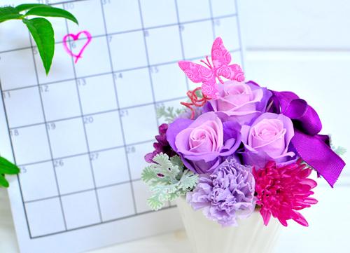 記念日にハートマークがついたカレンダーとパープルのプリザーブドフラワー