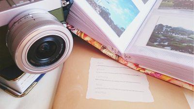 思い出のアルバムとカメラ