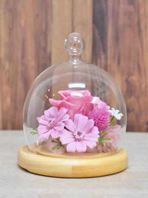 丸いドームの器に入ったお花のアレンジメント