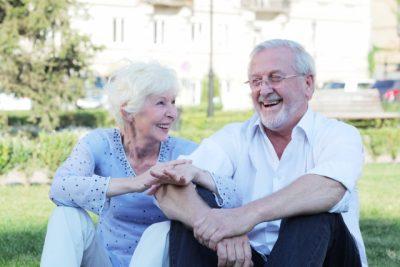 楽しそうに話す海外の老夫婦