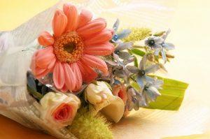 ガーベラ、ブルースター、バラの花束