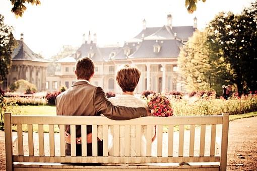 ベンチに座る仲のいいカップル