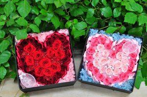 赤バラとピンクバラをハート型にしたBOXアレンジメント