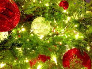 クリスマスツリーを彩るイルミネーション