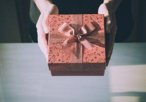 両手でプレゼントを渡す