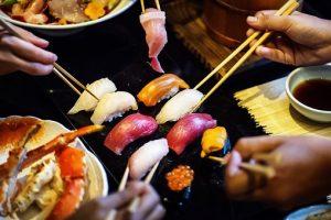 にぎり寿司をみんなで食べている画像