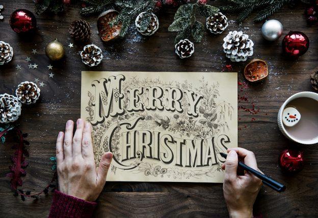 松ぼっくりとメリークリスマスの文字