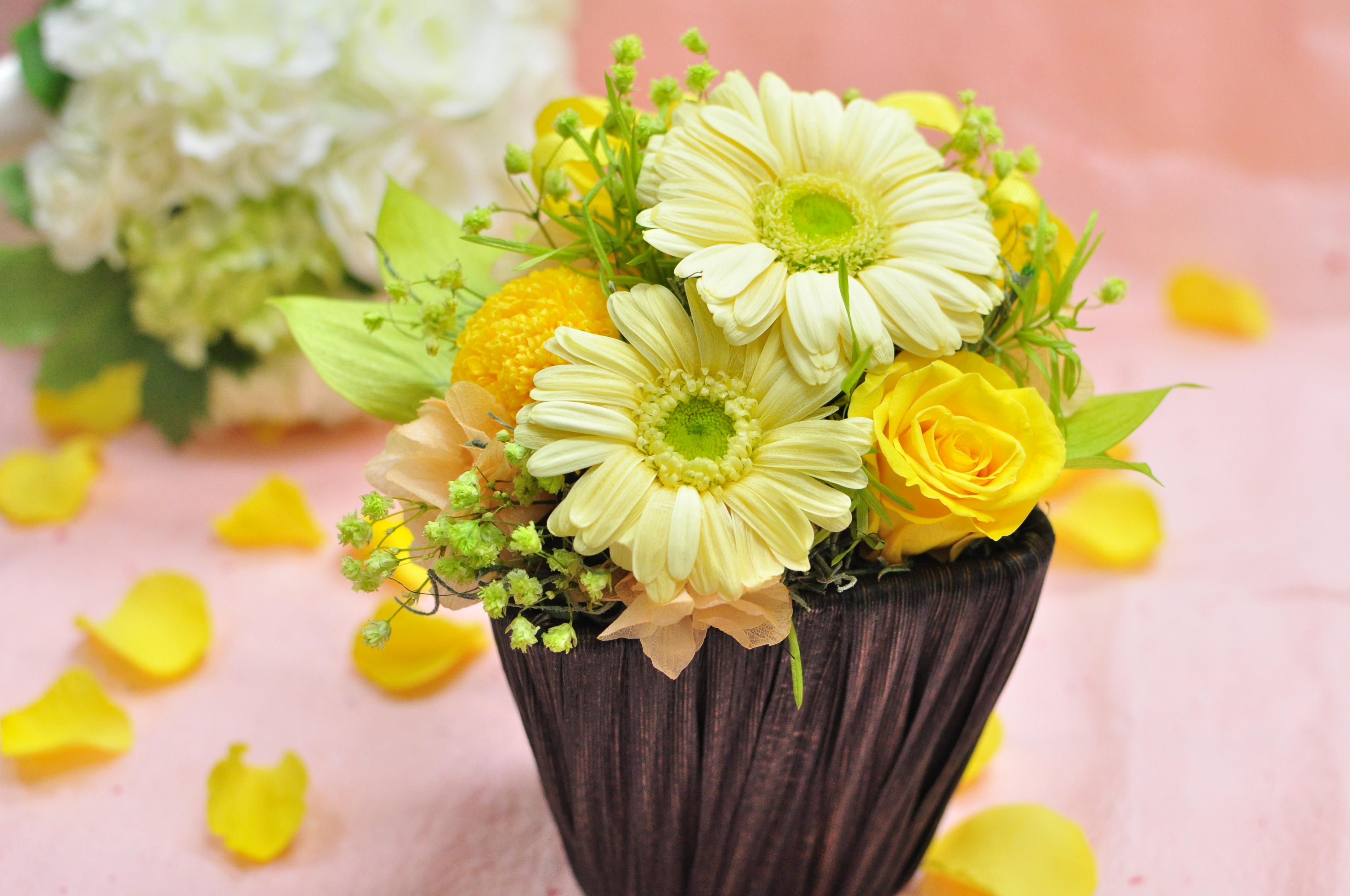 優しい黄色のガーベラと黄色のバラのプリザーブドフラワーアレンジメント