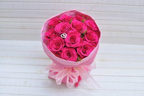 華やかなピンク色のバラ12本の花束