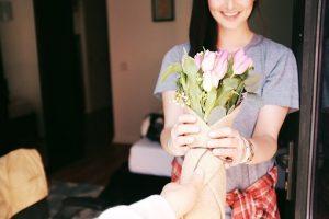 女性がチューリップの花束を受け取る画像