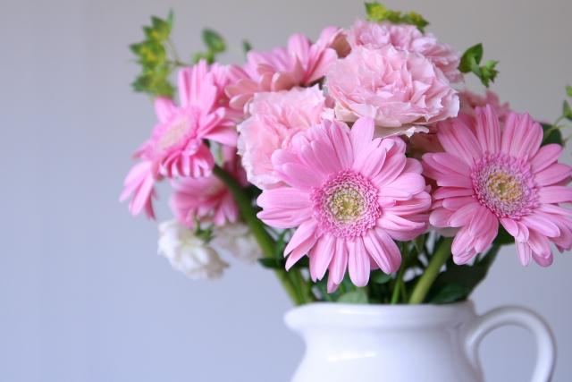 花瓶に入ったピンク色の花びらのガーベラ