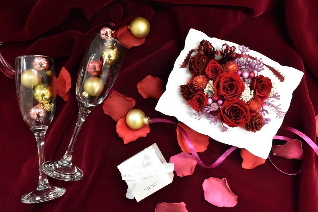 白い陶器の器に真っ赤なバラのプリザーブドフラワー