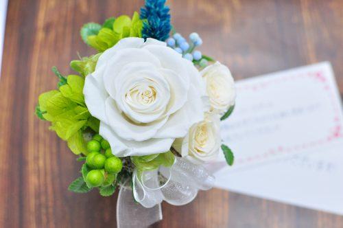 真っ白の大輪のバラとグリーンの葉ものが美しいプリザーブドフラワー