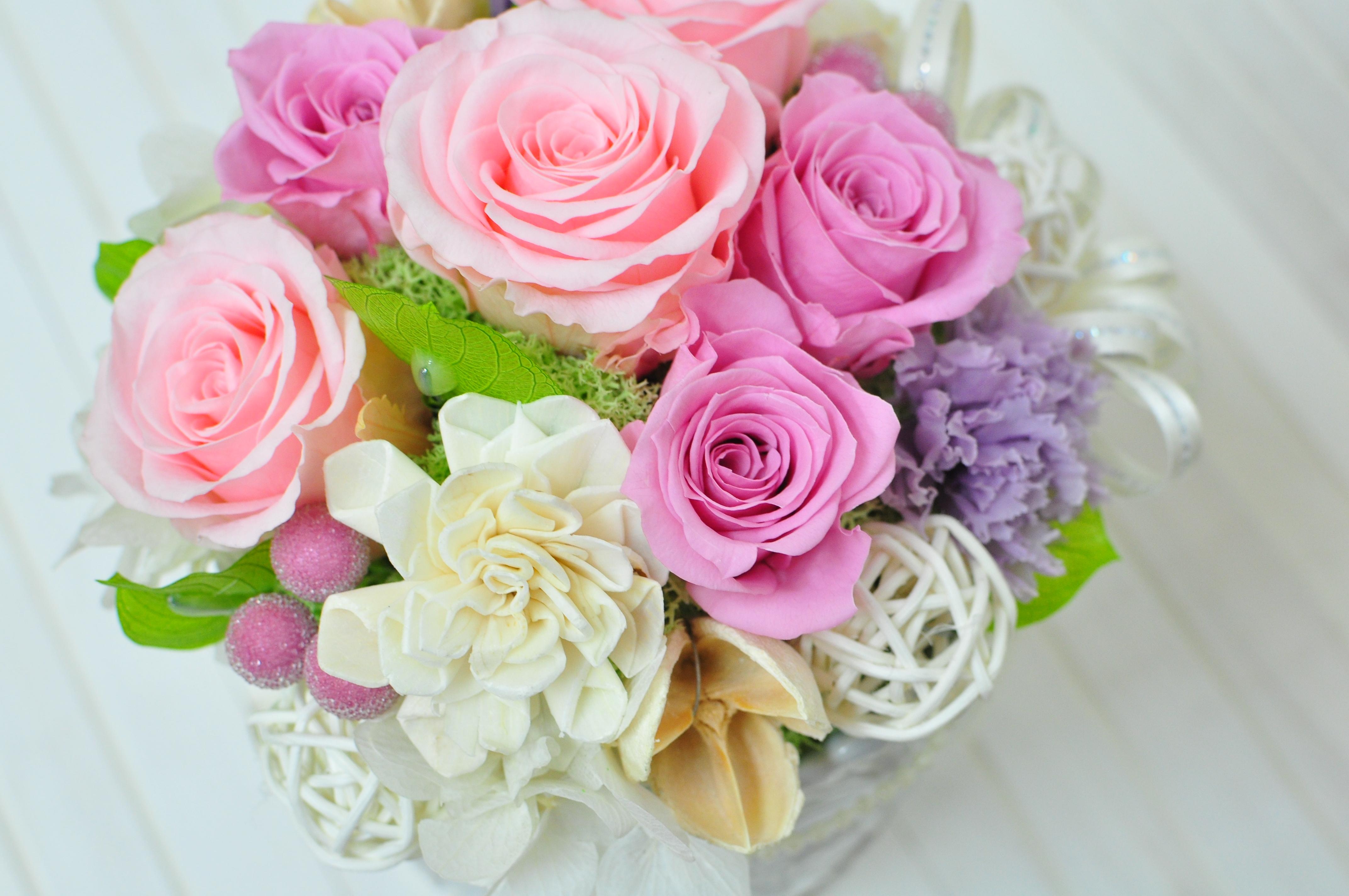 ピンクのバラとソーラーダリアのアレンジメント