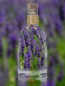 透明なボトルとラベンダーお花