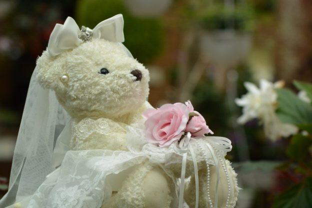 真っ白なドレスを着た真っ白なクマのぬいぐるみ