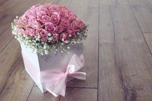 淡いピンクの花びらのバラとかすみ草のアレンジメント