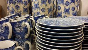 ブルーの花柄のマグカップとお皿
