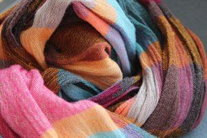 ピンクやブルーの糸で編んだスカーフ