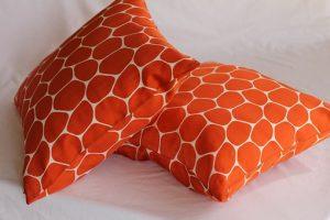 オレンジ色のクッションが二つ
