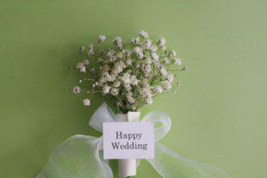 かすみ草を束ねた結婚祝いのギフト