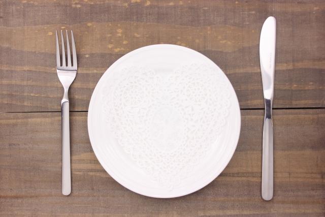机の上にある真っ白な食器とカトラリー