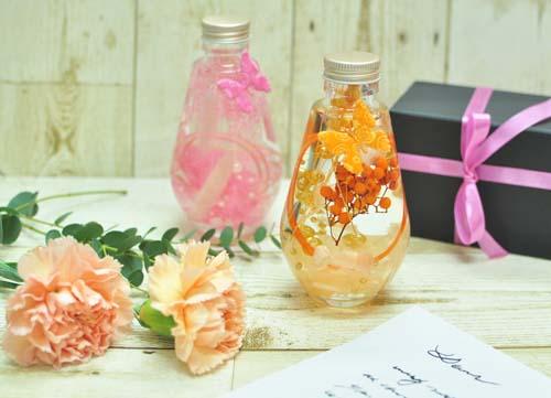 淡いピンクとオレンジ色のハーバリウム