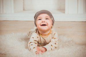 お母さんを見て微笑む赤ちゃん